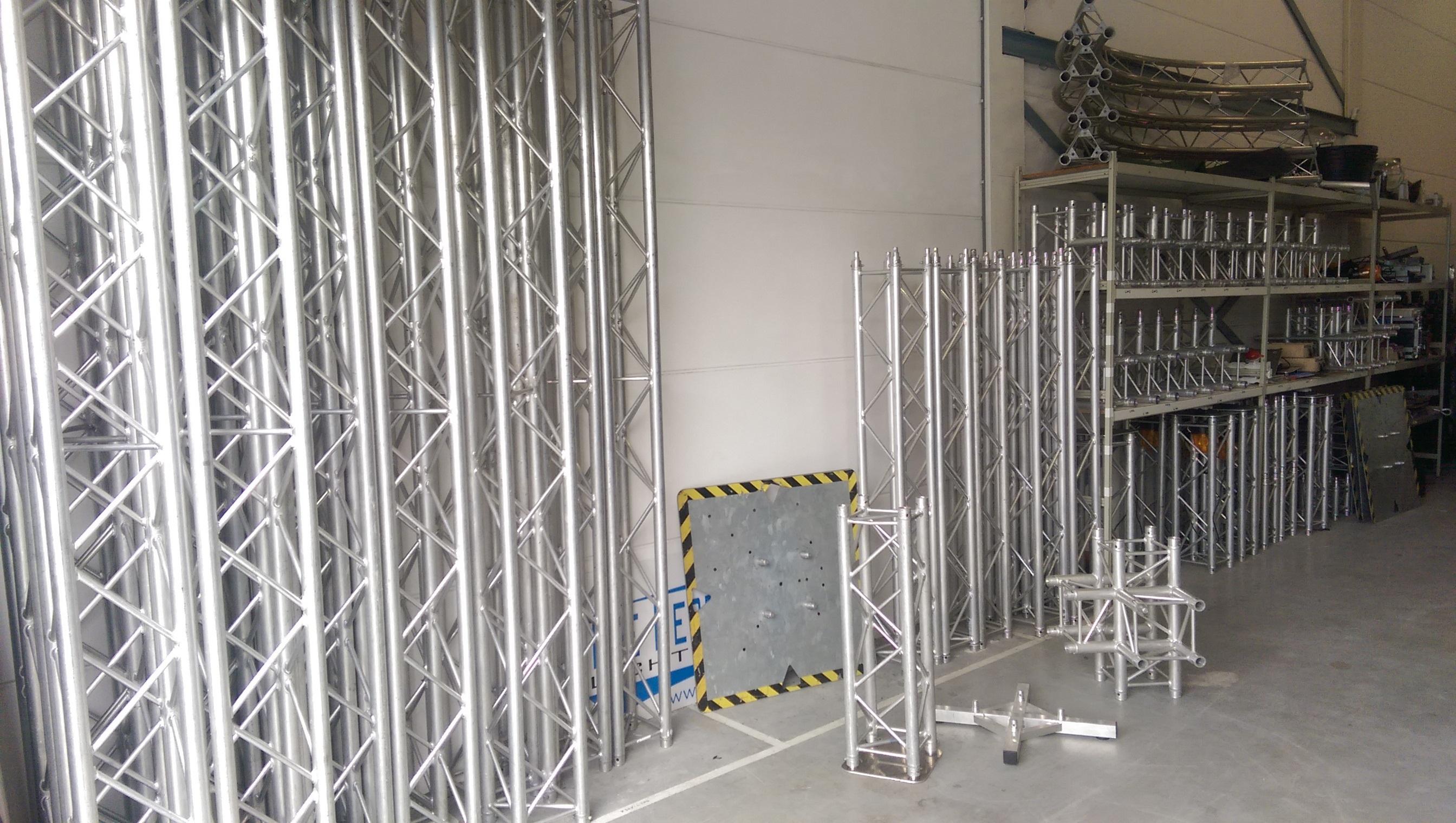 aluminium constructie welke koppelbaar is om zo een overspanning te maken voor verlichting ed behalve rechte delen zijn er ook hoeken stukken en kruizen